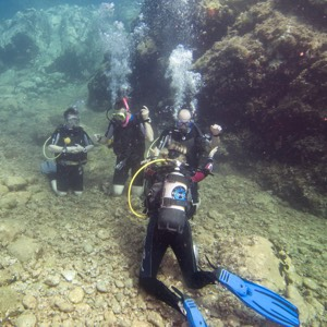 Divers kneeling on ground during an open water course diving pirates tenerife